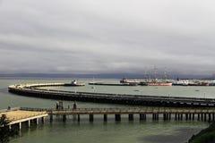 Vatten- pir och vatten- liten vik med fartyg Royaltyfri Fotografi