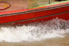 Vatten plaskade från ett hastighetsfartyg i floden royaltyfri fotografi
