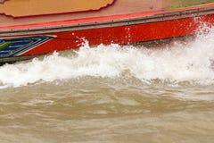 Vatten plaskade från ett hastighetsfartyg i floden royaltyfri foto