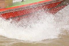 Vatten plaskade från ett hastighetsfartyg i floden arkivfoton