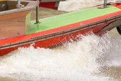 Vatten plaskade från ett hastighetsfartyg i floden royaltyfri bild
