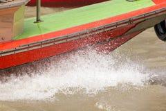 Vatten plaskade från ett hastighetsfartyg i floden royaltyfria foton