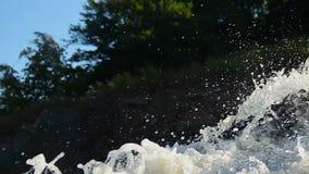 Vatten plaskar i luft, turbulent vattenflödespring i trän arkivfilmer