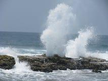 Vatten putsar från vågor på reven royaltyfria foton