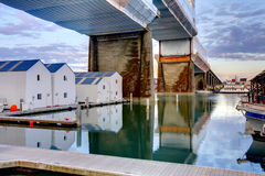 Vatten returnerar under bron Tacoma, WA arkivbild