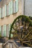 Vatten rullar in Provence, Frankrike fotografering för bildbyråer