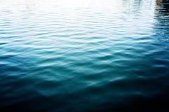Vatten sjöbakgrund med krusningar, yttersida Royaltyfri Foto