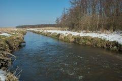 Vatten som är aktuellt på den Uherka floden i östliga Polen arkivfoton