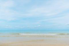 Vatten som är klart på den sandiga stranden Royaltyfri Fotografi