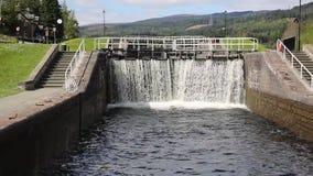 Vatten som applåderar till och med låsportar på det Caledonian kanalfortet Augustus Scotland UK, förbinder Fort William till Inve arkivfilmer