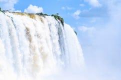 Vatten som faller från Cataratas, gör Iguacu av floden Iguacu Royaltyfri Fotografi