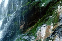 Vatten som faller från stenen Royaltyfria Foton