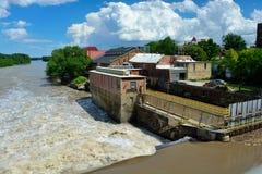 Vatten som flödar över Bowersock den hydroelektriska fördämningen i Lawrence, Royaltyfria Bilder
