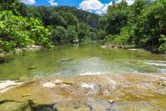 Vatten som flödar över plan sedimentär sten Arkivfoto