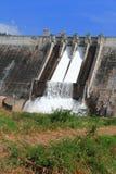 Vatten som flödar över spillway av en fördämning arkivbild