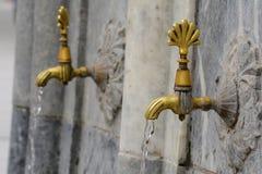 Vatten som flödar från vattenkranklapp fotografering för bildbyråer