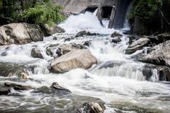 Vatten som flödar i en Connecticut ström arkivbild