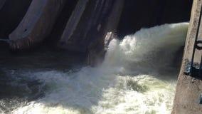Vatten som flödar på fördämningen arkivfilmer