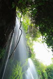 Vatten som flödar på, vaggar Arkivbilder