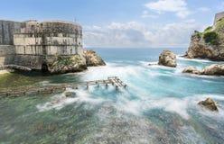 Vatten som flödar runt om den Bokar fästningen, Dubrovnik Arkivbilder