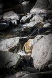 Vatten som flödar till och med liten vik Royaltyfria Bilder
