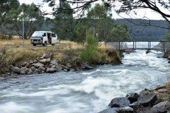 Vatten som flödar under en bro Arkivfoto