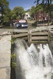Vatten som forsar till och med kanalen Arkivfoto