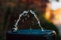 Vatten som häller från att dricka springbrunnen arkivbild