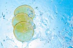 Vatten som in hälls några citronskivor Royaltyfria Foton