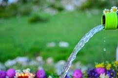 Vatten som kommer från en utloppsrör Royaltyfri Foto