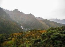 Vatten som korsar bergen Royaltyfria Bilder