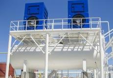 Vatten som kyler tornet chemical fabriksolja Utrustning för primär oljareferens Arkivbild