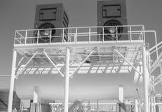 Vatten som kyler tornet chemical fabriksolja Utrustning för primär olje- förädling Arkivbild