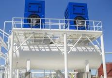 Vatten som kyler tornet chemical fabriksolja Utrustning för primär olje- förädling Royaltyfri Foto
