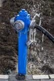 Vatten som läcker från brandposten royaltyfri bild