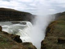 Vatten som ner faller en Cliff Face Arkivbilder