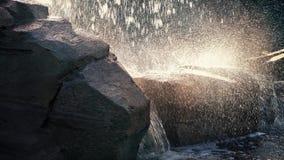 Vatten som plaskar av, vaggar att fånga solljus arkivfilmer