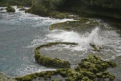 Vatten som plaskar i ett hål Royaltyfri Bild