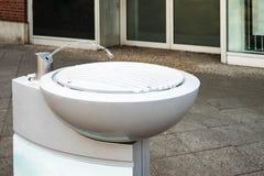 Vatten som strömmar från att dricka springbrunnen Royaltyfri Foto