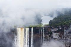 Vatten som tappar över en klippa Royaltyfri Foto