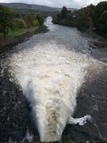 Vatten som urladdar från en fördämning Arkivbild