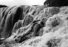 Vatten svävar på en vattenfall Royaltyfri Fotografi