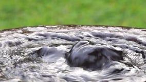 Vatten svaller ut från en konkret hink som en vår stock video