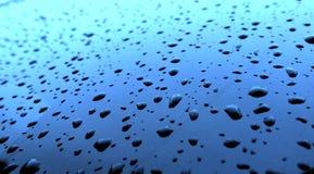 Vatten tappar efter regnet på exponeringsglaset Arkivfoto