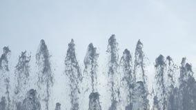 Vatten tappar, och färgstänk flyger i en luft lager videofilmer