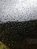 Vatten tappar på exponeringsglaset efter regnet suddighet bakgrund Royaltyfria Foton