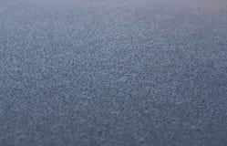Vatten tappar på taket av en bil royaltyfri bild