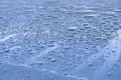 Vatten tappar på taket av en bil arkivfoto