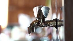 Vatten tappar stekflott från en gammal defekt vattenkran i köket stock video