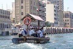 Vatten taxar i Dubai arkivbilder
